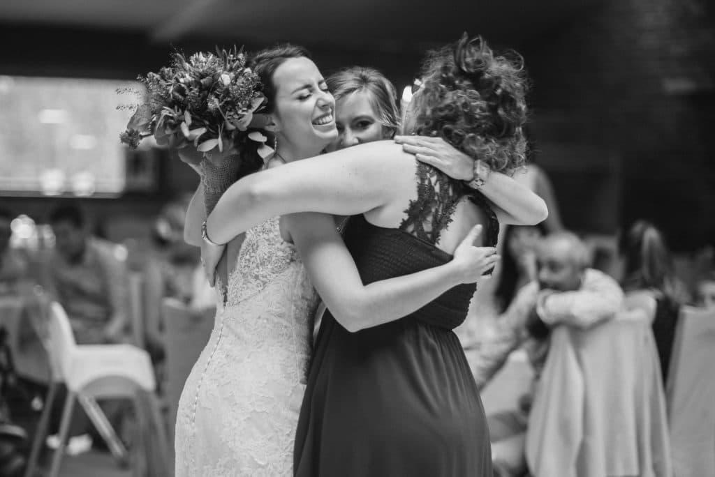 Mariage câlin témoins et mariée après lancer du bouquet