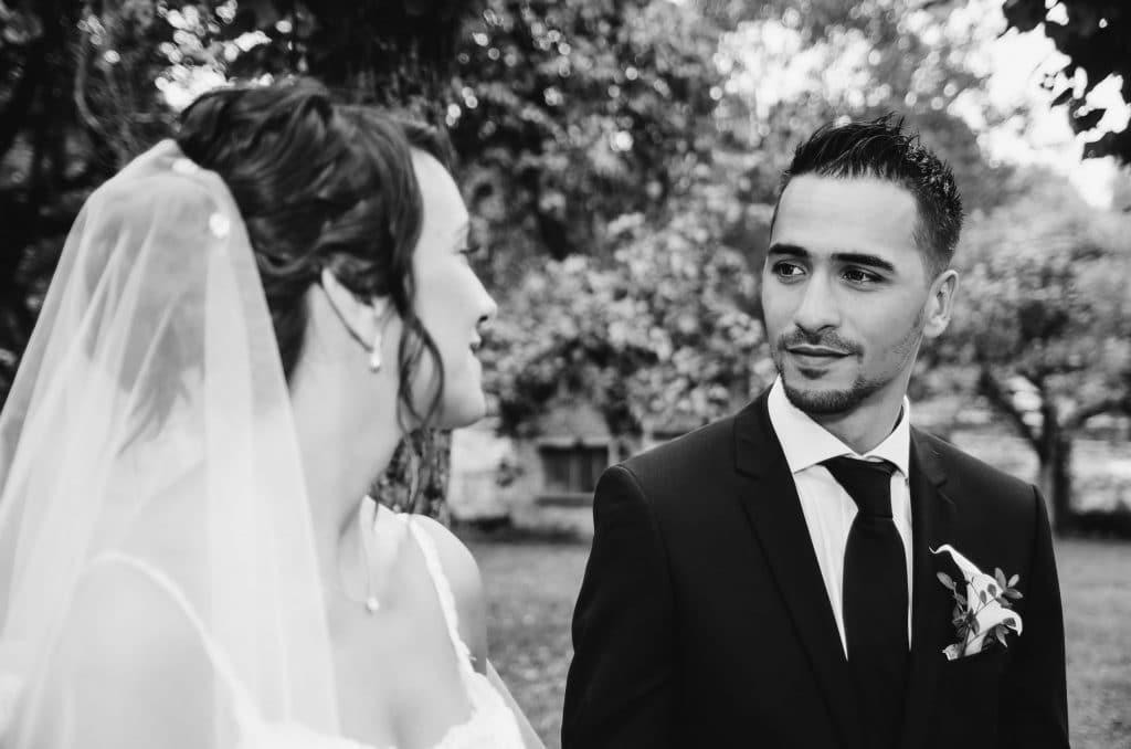 Mariage couple regard marié noir et blanc